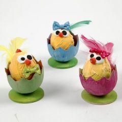 Paaskuikens in eierschalen