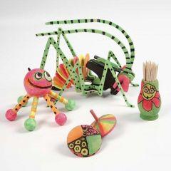 Houten voorwerpen in neon kleuren