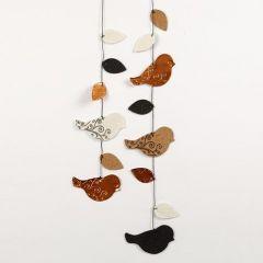 Mobiel gemaakt van embossed en gestempelde vogels