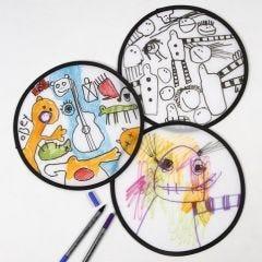 Een frisbee gedecoreerd met textielstiften