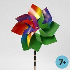 Een windmolen gemaakt van regenboogkarton