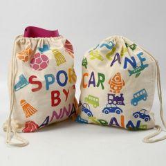 Een sporttas met gestempelde afbeeldingen en tekst