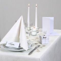 Tafeldecoraties en uitnodigingen in het wit.