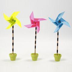 Een windmolen gemaakt van reflecterende plastic vellen