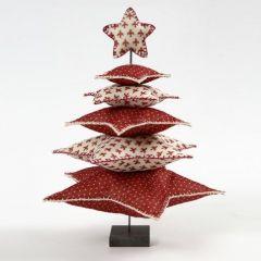 Een kerstboom van sterren van vilt op een metalen voet