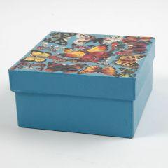 Een geverfde doos van papier-maché met Vintage 3D stansen op de deksel