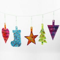 Supergrote hangende kerstdecoraties van karton