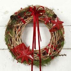 Een natuurlijke kerstkrans met rode decoraties