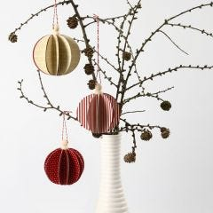 Een zelf in elkaar gezette Vivi Gade Design papieren bal