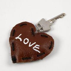 Een leren hart met text voor aan een sleutelhanger