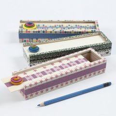 Een pennendoos met masking tape en houten knopen