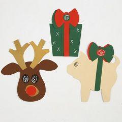 Kerstdecoraties gemaakt van karton en met een sjabloon