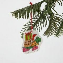 Een decoratie gemaakt van krimpfolie met een kerstontwerp