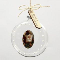 Een gedecoreerde platte kerstbal met een houtfineer sticker