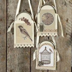 Decoraties van karton en design papier aan handtasbeugels