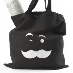 Een zwarte boodschappentas met opdruk