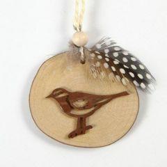 Decoratie van een houten schijf met vogel, veer en vlasdraad