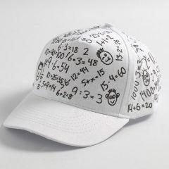 Een witte cap met zwarte decoraties