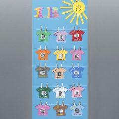 Een poster met namen en foto's als was aan een waslijn