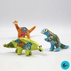 Dinosaurussen geverfd en versierd met decoupage papier