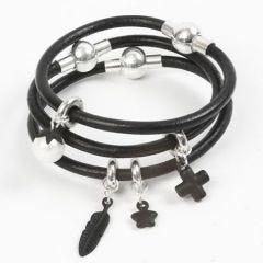 Een zwart leren armband met bedels en een magnetische sluiting