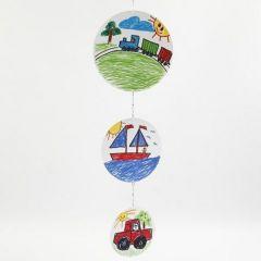 Een mobile gemaakt van kartonnen cirkels