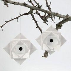 Een gevouwen hangende decoratie van vellum papier