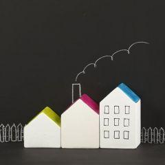 Witte terracotta huizen met gekleurde daken