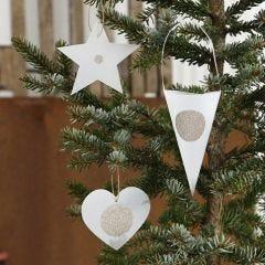 Kerstdecoraties van uitgestanst perkamentpapier met stickers