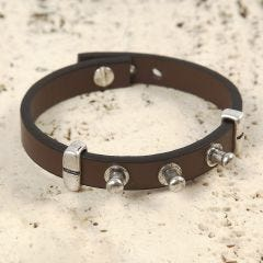 Armband gemaakt van leer met metalen studs