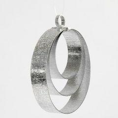 Een kerstdecoratie gemaakt van ringen van plat zilver alu draad