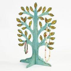 Een losstaande boom met gebrande en geverfde details