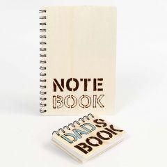 Een notitieboek met gebrande woorden in de houten kaft
