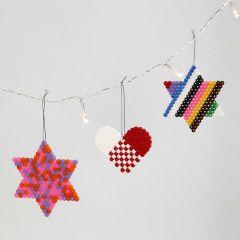Een hart en sterren gemaakt van Nabbi strijkkralen op onderplaten