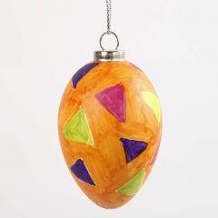 Een ei met tekeningen gemaakt met glas en porselein stiften