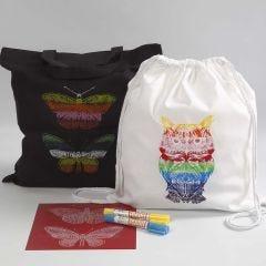 Een boodschappentas en een rugzak gedecoreerd met screen stencils en waxverf