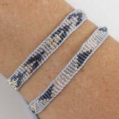 Een geweven armband met rocailles