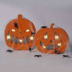 Een pompoen met licht, gedecoreerd met spinnen en web