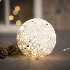 Gehaakte kerstbal met licht