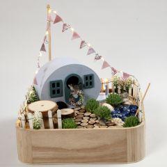 Een miniatuur camping op een dienblad