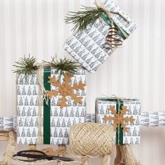 Kerstcadeaus inpakken met cadeaupapier met kerstbomen