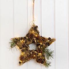 Metalen ster gedecoreerd met dennenappels en goud lametta