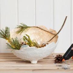 Schaal van gipsgaas met kerstdecoraties