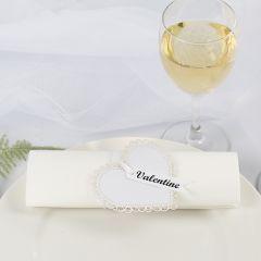 Servetring voor bruiloft van een kartonnen hart met satijnlint