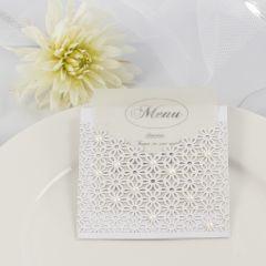 Menu voor bruiloft met kant van karton en halve parels