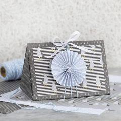 Donkerblauwe geschenkdoos gedecoreerd met blauwe rozet