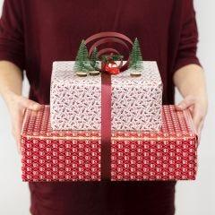 Geschenk decoratie met strik en mini figuren