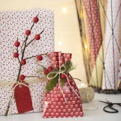 Kerstcadeaus ingepakt met een tak en kunst bessen