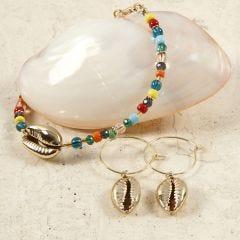 Armband en oorbellen van kralen en schelpen