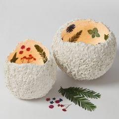 Lantaarns van papier-maché pulp met gedroogde bloemen